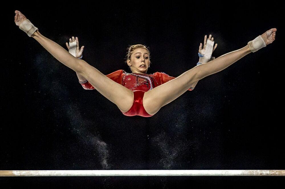 La foto Ginnasta nell'aria del fotografo belga Eric Tkindt, che è stata stimata nella categoria Sport in azione del concorso Siena International Photo Awards 2020.