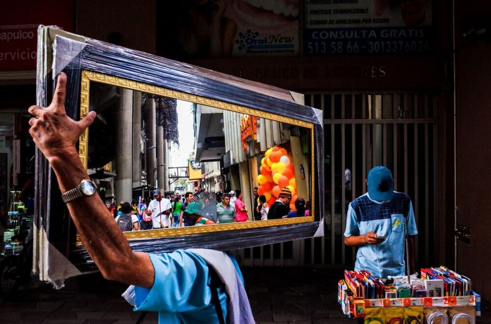 La foto Specchio Medellin del fotografo colombiano Michael Kowalczyk, che è stata la seconda nella categoria Fotografia di strada del concorso Siena International Photo Awards 2020.