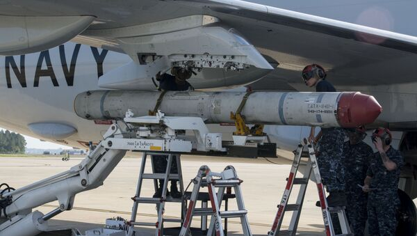 Aviation Ordnanceman 3rd Class Michael Martin, left,, and Aviation Ordnanceman Airman Cecilia Duran, both assigned to the Pro's Nest of Patrol Squadron (VP) 30, load an AGM-84K SLAM-ER missile on a P-8A Poseidon in preparation for a conventional weapons technical proficiency inspection. - Sputnik Italia