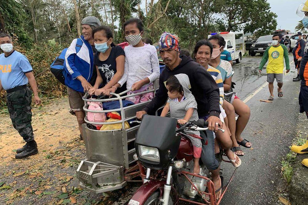 I residenti ritornano a casa dopo la tempesta provocata dal tifone Molave nelle Filippine.
