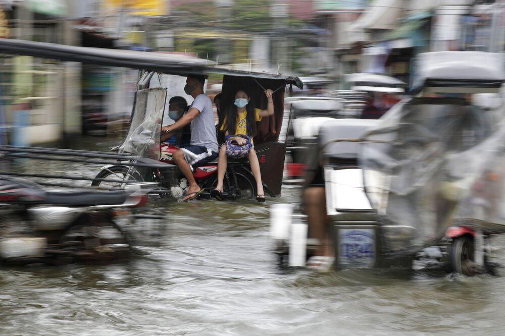 Una strada inondata dopo il tifone Molave nelle Filippine.