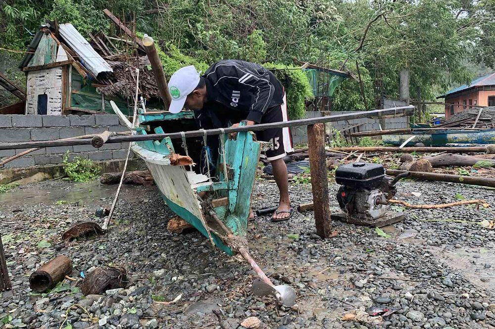 Una peschereccio danneggiato a causa del tifone Molave, Filippine.