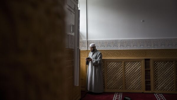 A man is pictured on June 19, 2014 during the official opening of Denmark's first mosque with a dome and minaret in Rovsingsgade, in Copenhagen's gritty northwest after receiving a 150 million kroner (20,1 million Euros, $27,2 million) endowment from Qatar. - Sputnik Italia