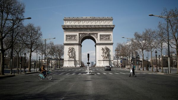 A view shows the deserted Arc de Triomphe as lockdown is imposed to slow the spreading of the coronavirus disease (COVID-19) in Paris, France, March 18, 2020. - Sputnik Italia
