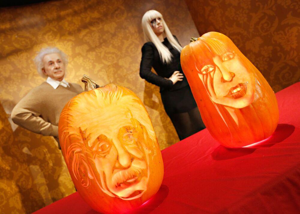 Le zucche con le immagini di Albert Einstein e Lady Gaga esposte davanti alle loro figure di cera presso il museo Madame Tussauds di New York in occasione di Halloween.