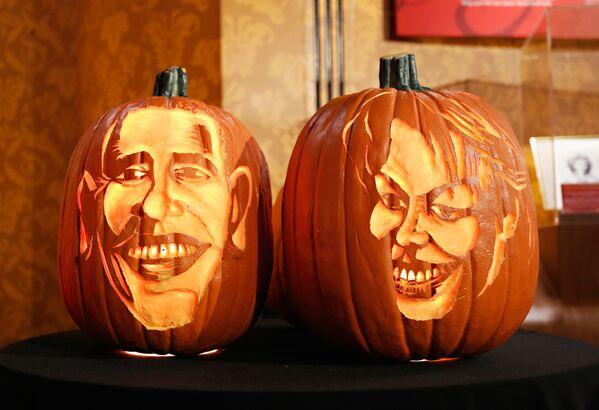 Le zucche con le immagini di Barack Obama e Michelle Obama esposte presso il museo Madame Tussauds di New York in occasione di Halloween.  - Sputnik Italia