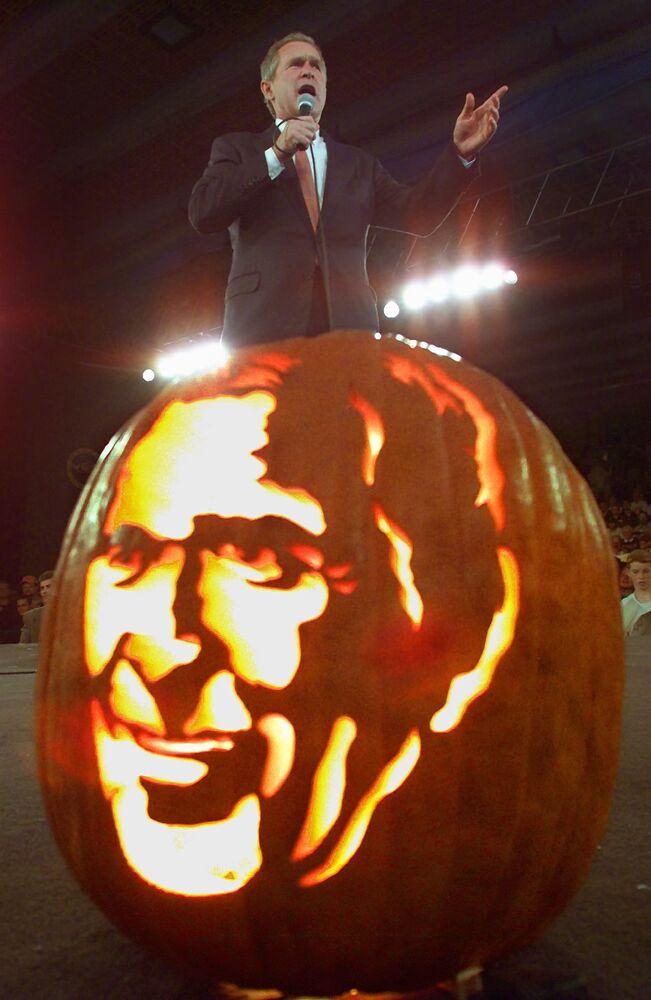 Il candidato alla presidenza degli Stati Uniti George W. Bush e il suo ritratto intagliato su una zucca, 2000.