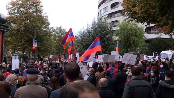 La diaspora armena protesta contro il conflitto del Nagorno-Karabakh davanti all'ambasciata turca a Parigi - Sputnik Italia