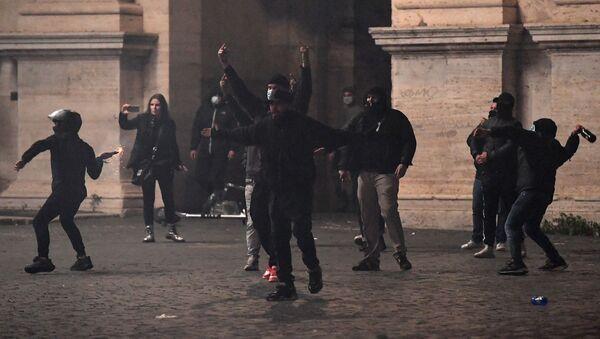 scontri tra polizia e manifestanti a Roma  - Sputnik Italia