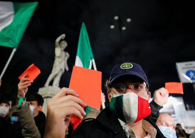 Gli italiani a Roma protestano contro le misure anti-Covid