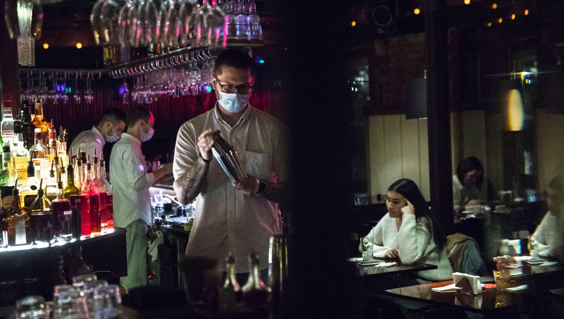 Un barista con la mascherina dietro al bancone - Sputnik Italia, 1920, 18.05.2021