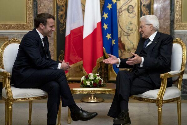 Presidente francese Emmanuel Macron e Presidente italiano Sergio Mattarella in un incontro di febbraio 2020. - Sputnik Italia