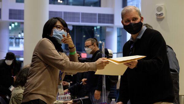 Elettori al seggio allestito al Madison Square Garden di New York - Sputnik Italia