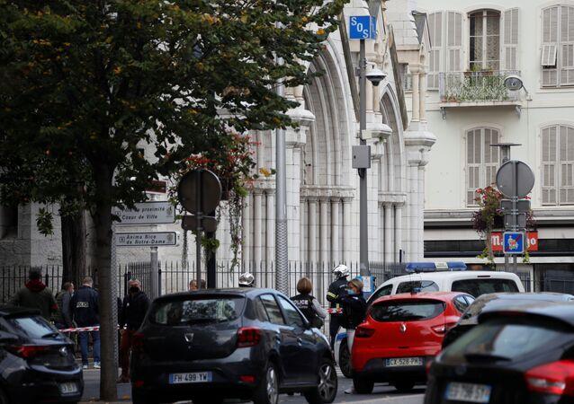 I poliziotti dopo l'attentato a Nizza