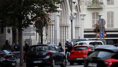 I poliziotti vicino a Notre-Dame, Nizza.