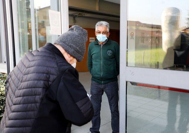 Anziani al centro vaccini antiinfluenzali dell'ASL Torino 3