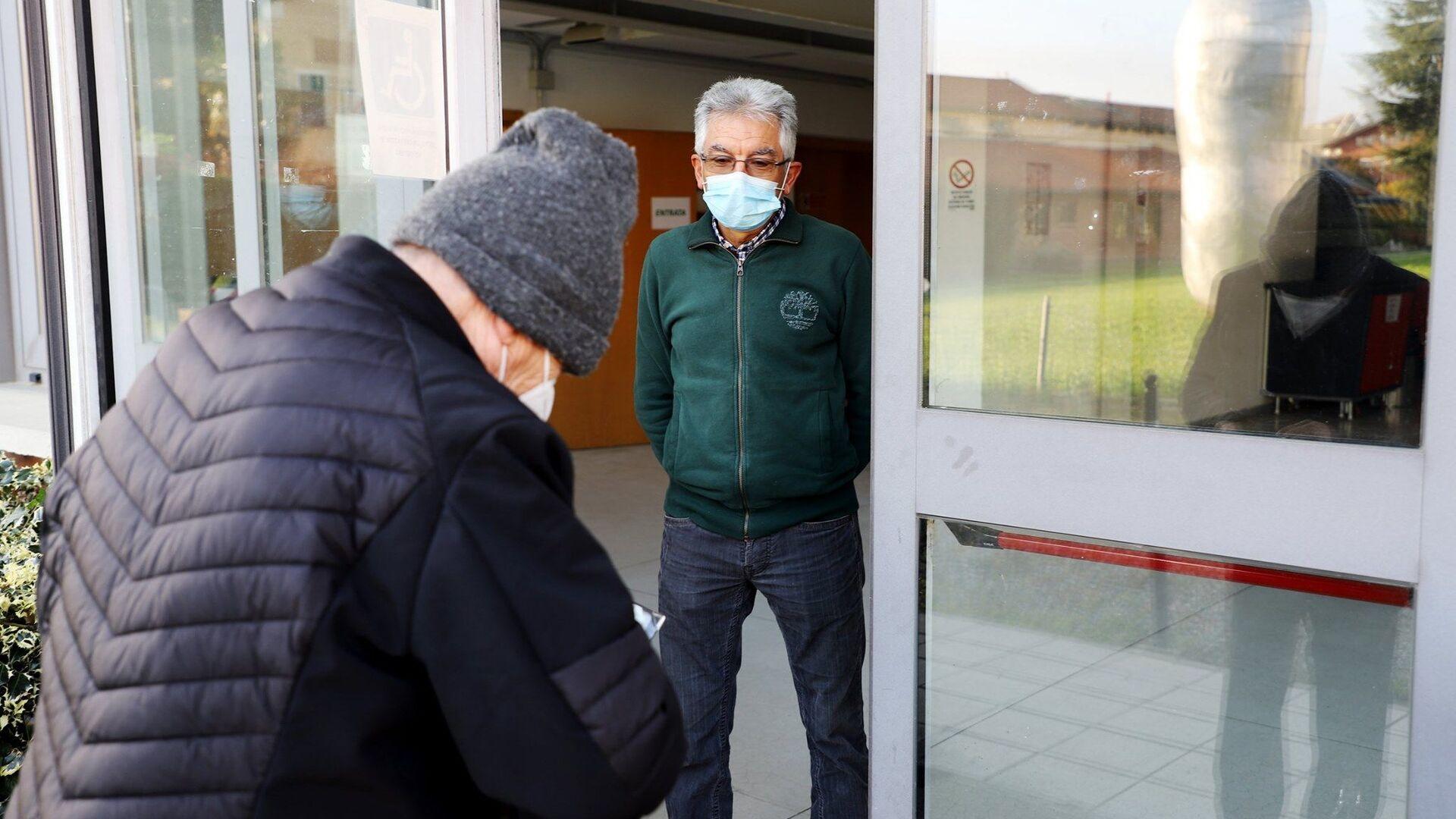 Anziani al centro vaccini antiinfluenzali dell'ASL Torino 3 - Sputnik Italia, 1920, 03.08.2021