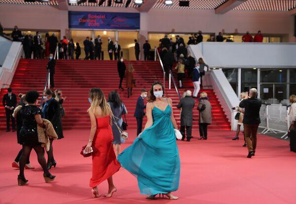 Gli ospiti arrivano al Palazzo dei Festival alla vigilia del festival Cannes 2020 Special, mini versione del Festival cinematografico di Cannes, 27 ottobre 2020, Cannes, Francia.  - Sputnik Italia