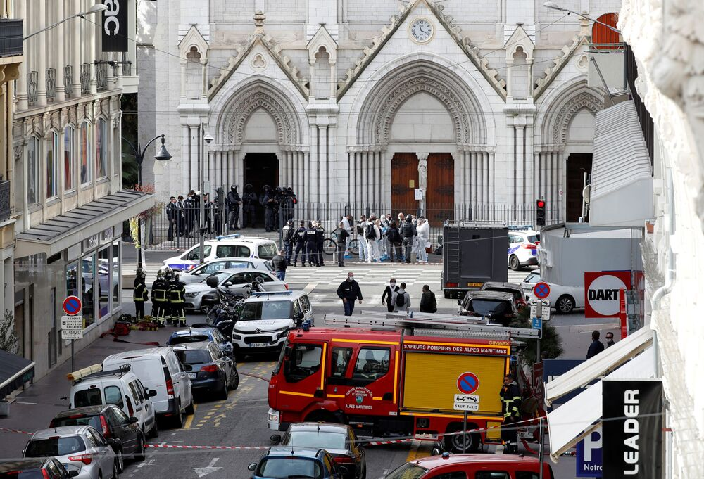 La polizia vicino alla cattedrale Notre-Dame a Nizza dove è avvenuto l'attentato terroristico, 29 ottobre 2020.