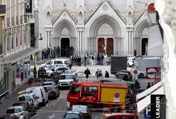 La polizia vicino alla cattedrale Notre-Dame a Nizza dove è avvenuto l'attentato terroristico, 29 ottobre 2020.  - Sputnik Italia