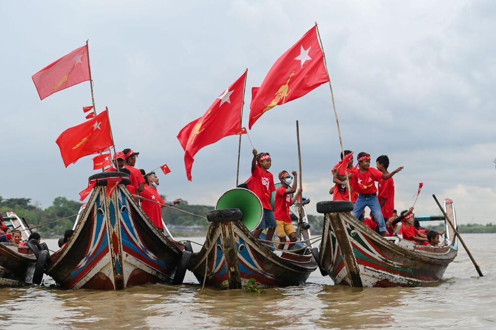 Gli aderenti del partito National League for Democracy (NLD) fanno un giro in barca lungo il fiume Yangon, Birmania, 28 ottobre 2020.