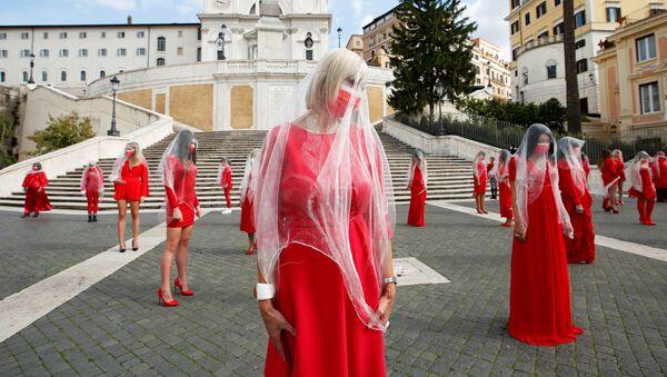 Le donne vestite di rosso  partecipano a una azione per attirare l'attenzione pubblica al problema di violenza sulle donne in occasione della Giornata internazionale per l'eliminazione della violenza contro le donne, 26 ottobre 2020, Roma, Italia.  - Sputnik Italia