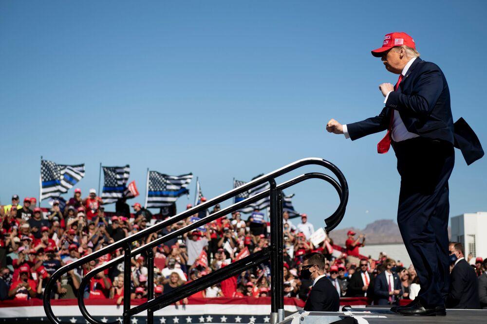 Il presidente degli USA Donald Trump balla nel corso della manifestazione Make America Great Again all'aeroporto internazionale di Laughlin / Bullhead il 28 ottobre 2020, a Bullhead City, Arizona.