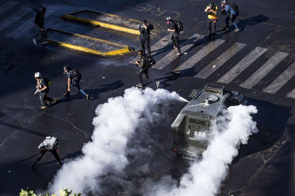 I partecipanti alle proteste contro il governo del presidente cileno Sebastian Pinera nel giorno del voto del referendum costituzionale in Plaza Italia a Santiago il 25 ottobre 2020.