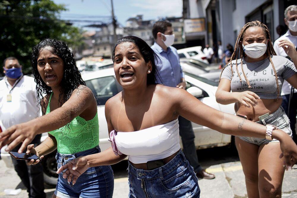I parenti delle persone ricoverate in ospedale guardano come i vigili del fuoco estinguono l'incendio nell'ospedale Bonsucesso a Rio de Janeiro, Brasile, 27 ottobre 2020.