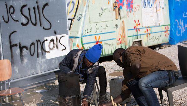 Migranti nel campo di Calais in Francia - Sputnik Italia