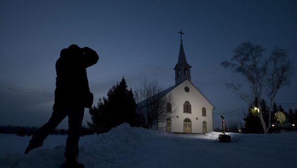 Un giornalista scatta una foto della chiesa di La Motte, Quebec, al crepuscolo mercoledì 13 marzo 2013 a La Motte.  - Sputnik Italia