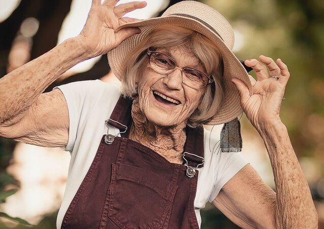 Una anciana alegre
