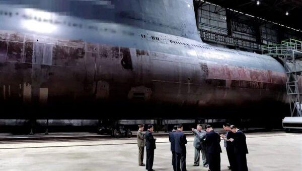 Il media statale nordcoreano KCNA ha pubblicato un filmato che mostra il leader comunista che ispeziona un nuovo sottomarino in costruzione in un cantiere navale - Sputnik Italia