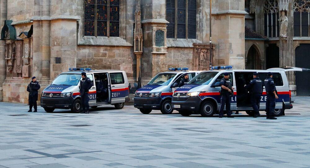 Polizia al luogo dell'attacco a Vienna