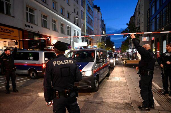 La polizia sul posto dell'attentato terroristico nel centro di Vienna - Sputnik Italia