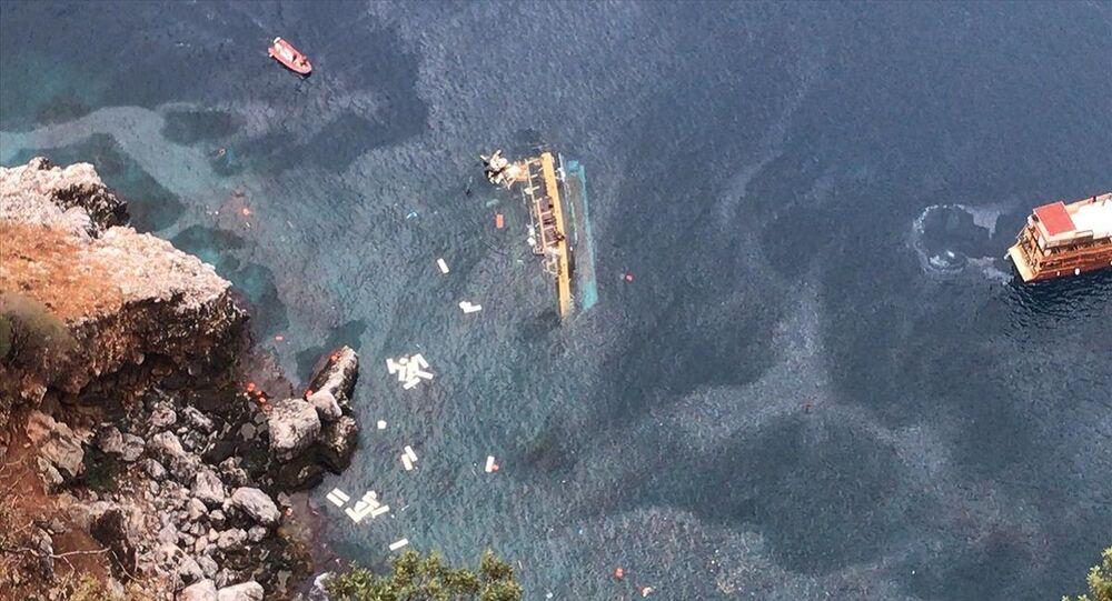 Barca turistica in Turchia si capovolge