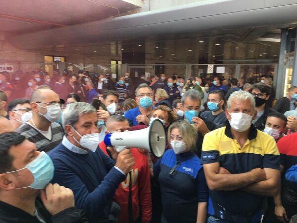 La protesta alla stazione ferroviaria di Napoli contro la chiusura della Whirlpool di Napoli  - Sputnik Italia