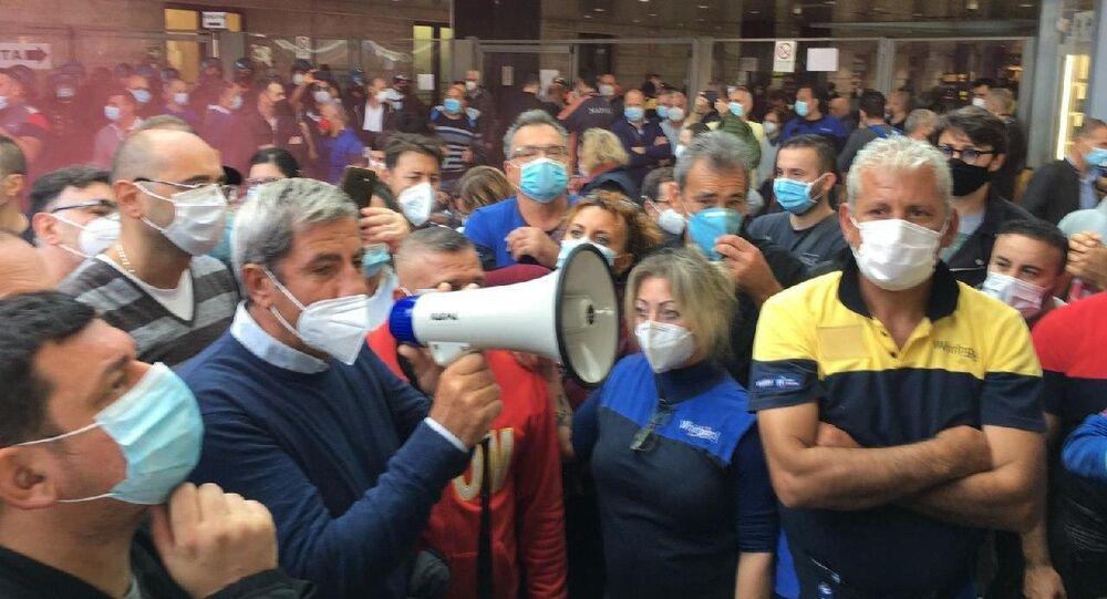 La protesta alla stazione ferroviaria di Napoli contro la chiusura della Whirlpool di Napoli