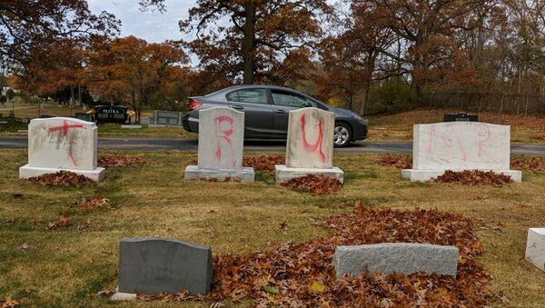 Tombe profanate con graffiti che recitano TRUMP in un cimitero ebraico a Grand Rapids. Il graffito è stato scoperto il 2 novembre 2020 - Sputnik Italia