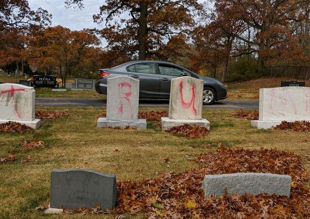 Cimitero ebraico del Michigan profanato con scritte TRUMP