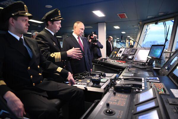 Vladimir Putin durante la cerimonia dell'alzabandiera sulla nuova rompighiaccio Viktor Chernomyrdin - Sputnik Italia
