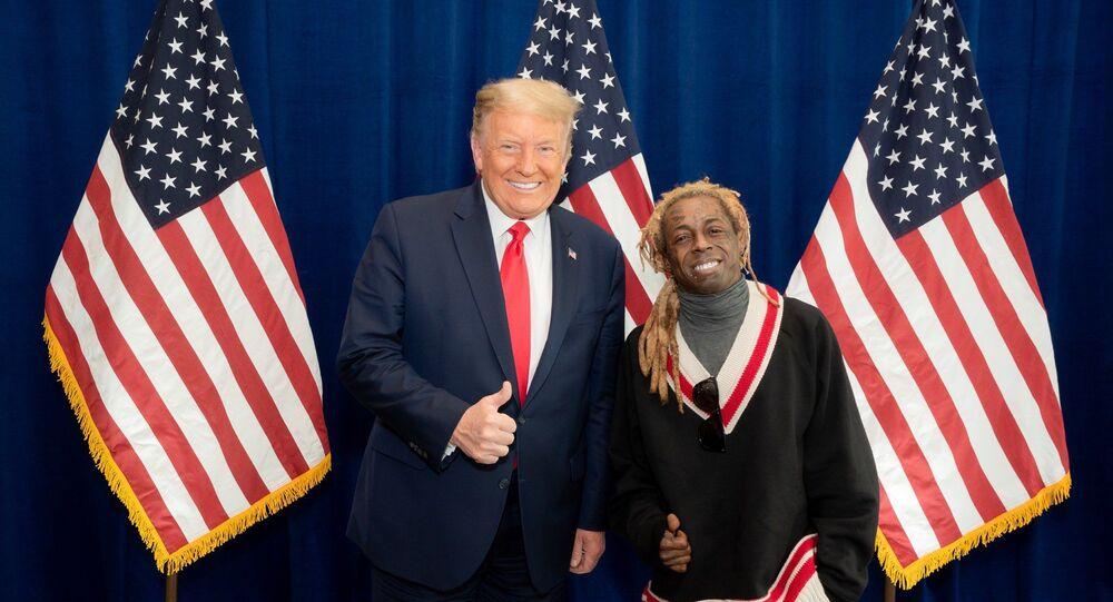 Il rapper americano Lil Wayne posa per una foto con il presidente degli Stati Uniti Donald Trump presso il resort del presidente a Doral, in Florida, il 29 ottobre.