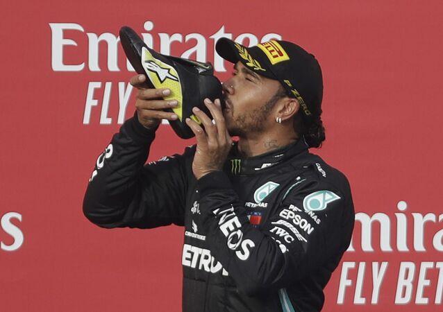 Lewis Hamilton toma champán de la zapatilla de Daniel Ricciardo, Autodromo Enzo e Dino Ferrari, Imola, Italia, el 1 de noviembre de 2020