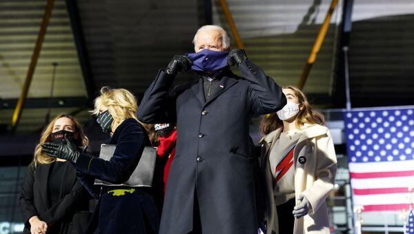 Кандидат в президенты США Джо Байден в маске во время кампании в Пенсильвании  - Sputnik Italia