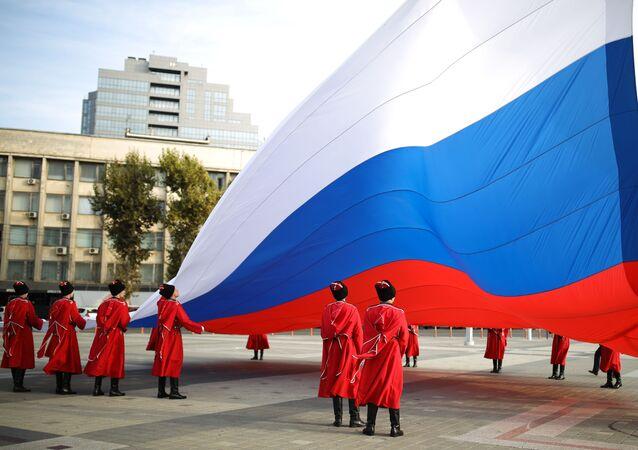 La solenne cerimonia di alzabandiera nella principale piazza della città di Krasnodar, Russia. La  bandiera nazionale di Russia è stata innalzata dai cosacchi della guardia d'onore dell'esercito cosacco di Kuban in occasione Giornata dell'unità nazionale.