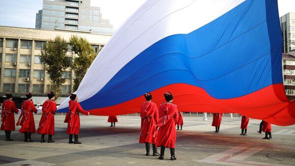 La solenne cerimonia di alzabandiera nella principale piazza della città di Krasnodar, Russia. La  bandiera nazionale di Russia è stata innalzata dai cosacchi della guardia d'onore dell'esercito cosacco di Kuban in occasione Giornata dell'unità nazionale.  - Sputnik Italia