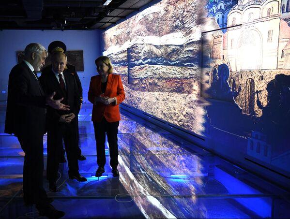 Il presidente russo Vladimir Putin durante un'escursione al nuovo Museo di Archeologia del Monastero Chudov in occasione della Giornata dell'Unità Nazionale.  - Sputnik Italia