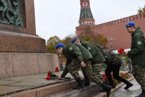 Rappresentanti delle organizzazioni giovanili alla cerimonia di deposizione dei fiori al monumento a Kuzma Minin e Dmitry Pozharsky nella Piazza Rossa n occasione della Giornata dell'unità nazionale.  - Sputnik Italia