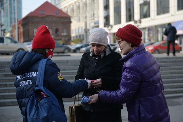 I volontari distribuiscono le mascherine con i simboli della Giornata dell'Unità Nazionale a Ekaterinburg, Russia.  - Sputnik Italia