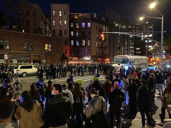 I poliziotti per contenere le protesta il giorno dopo le elezioni a Manhattan, New York, USA, il 4 novembre 2020 - Sputnik Italia